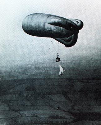 Ce ballon servit à l'entraînement d'officiers au parachutage. II était essentiel, en effet, de pouvoir évacuer le Caquot, si l'équipage au sol ne parvenait pas à le faire redescendre assez vite en cas d'attaque par l'aviation adverse. Une évacuation réussie était considérée comme équivalente à une victoire aérienne.
